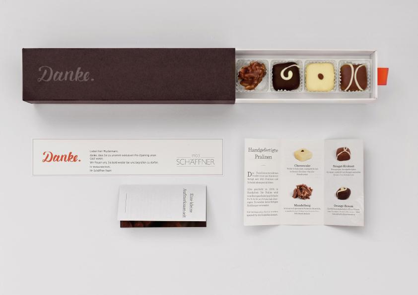 Foto Dankebox von oben mit Grußkarte und Booklet